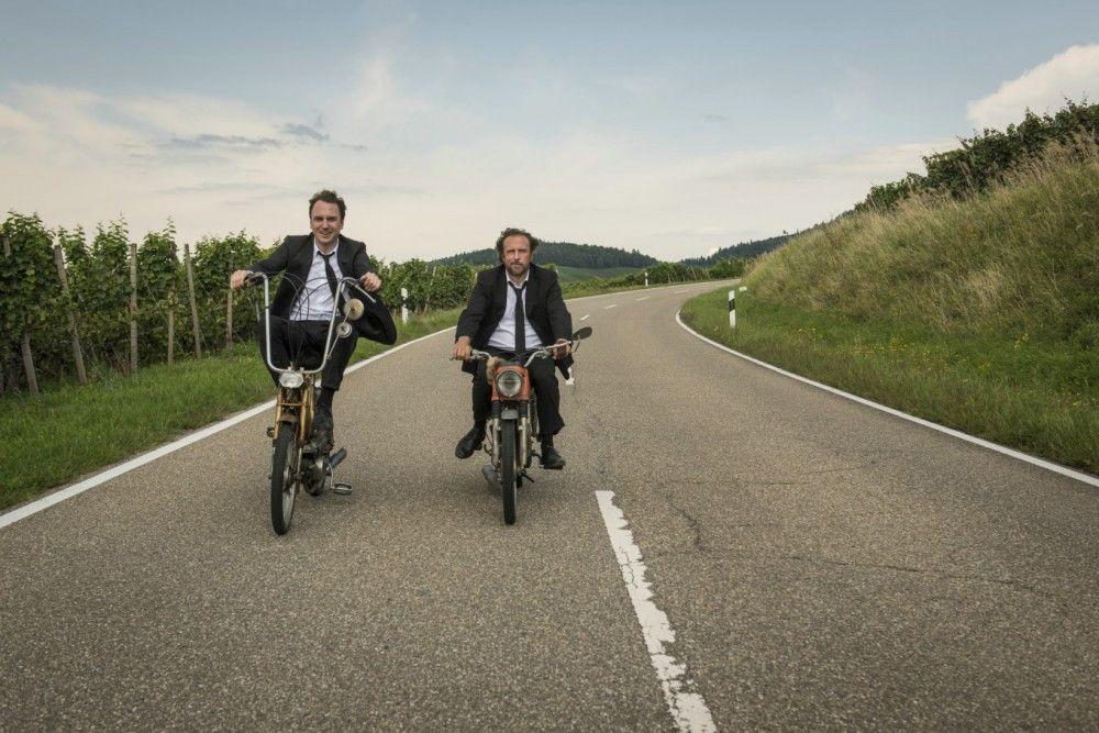 Die ungleichen Brüder Christian (Lars Eidinger, links) und Georg (Bjarne Mädel) kommen sich auf ihrem Road-Trip wieder näher.