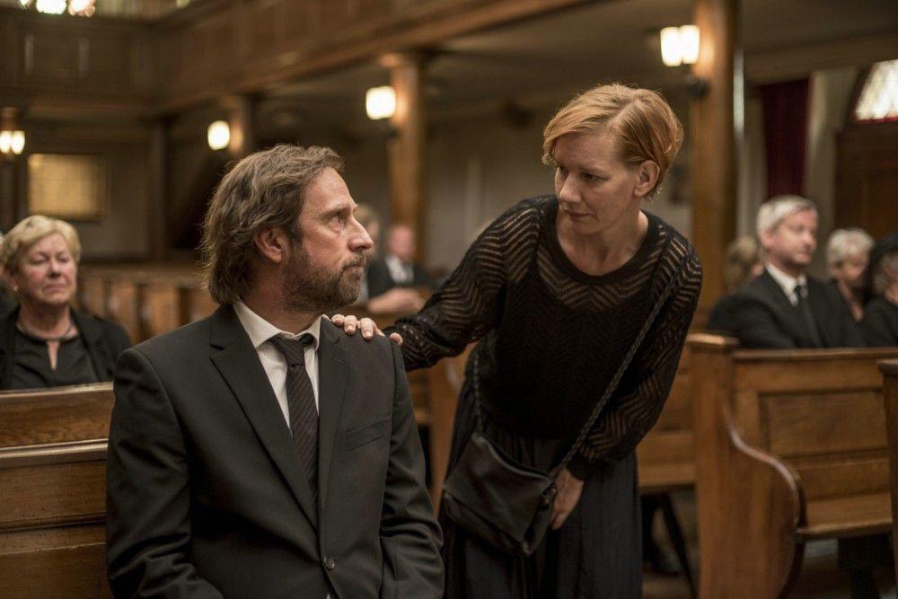 Tanja (Sandra Hüller), in die Georg (Bjarne Mädel) seit Jugendtagen heimlich verknallt ist, spendet ihm Trost bei der Beerdigung seines Vaters.