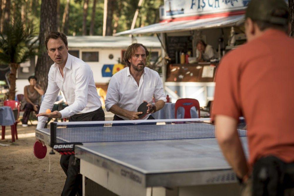 Christian (Lars Eidinger, links) und Georg (Bjarne Mädel) lassen sich zu einem Turnier mit einem prolligen Tischtennis-Crack verleiten - ihre Mofas dienen dabei als Wetteinsatz.