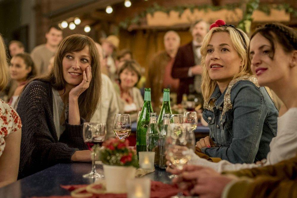 Auf einem Weinfest lernen die Brüder Ingrid (Alexandra Maria Lara, links) und Ute (Frank Potente) kennen.