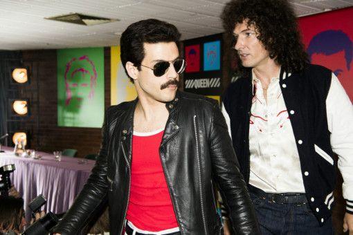 Freddie Mercury (Rami Malek, links) und Brian May (Gwilym Lee) starten schnell mit ihrer Band Queen durch.