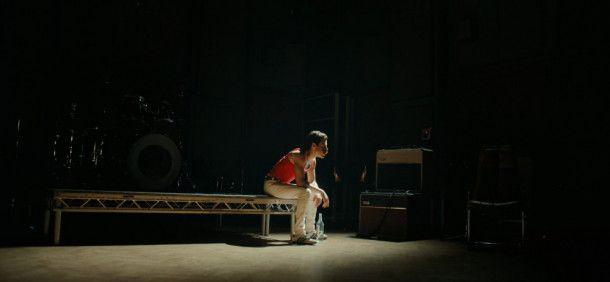 Der extrovertierte Freddie Mercury (Rami Malek) startete als schüchterner junger Mann in seine Karriere.