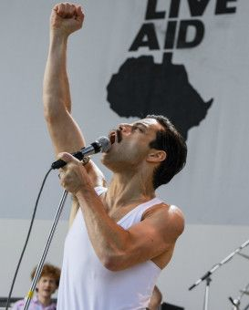 Freddie Mercury (Rami Malek) beim Auftritt auf dem Live Aid Konzert 1985.