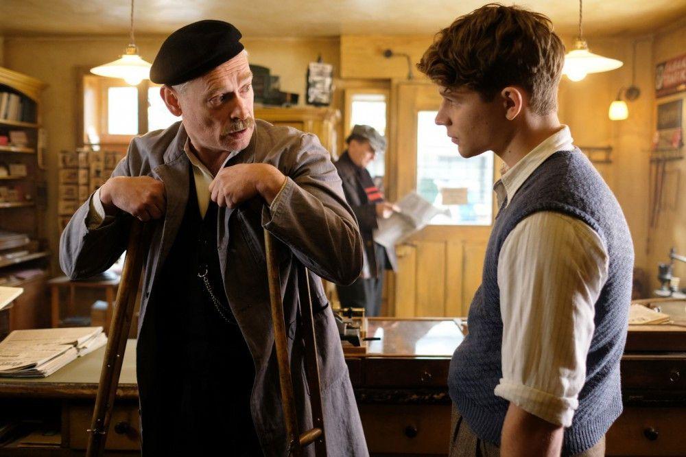 Otto Tresnjak (Johannes Krisch, links) führt seinen Lehrburschen Franz (Simon Morzé) in die Geheimnisse einer Trafik ein.