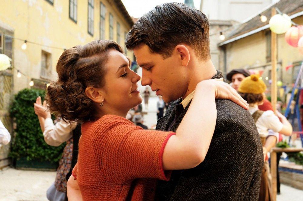 In Anezka (Emma Drogunova) verliebt sich Franz (Simon Morzé) unsterblich - allein das fesche Mädel bleibt unerreichbar.