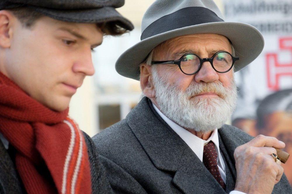 Bei Fragen zu Liebesdingen kann Sigmund Freud (Bruno Ganz, rechts) seinem jungen Zigarrenlieferanten Franz (Simon Morzé) nur bedingt weiterhelfen.