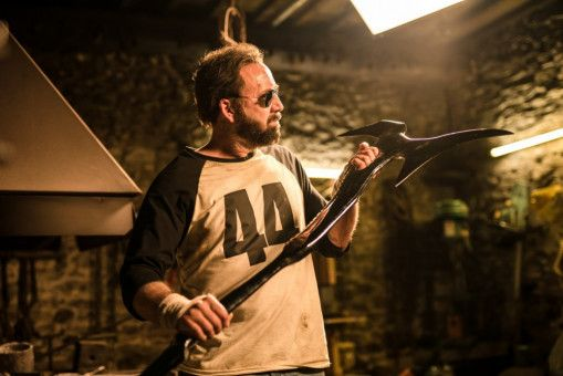Mit seiner selbstgeschmiedeten Axt begibt sich Red (Nicolas Cage) auf Rachefeldzug.