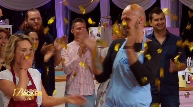 Der Moment der Entscheidung: Susanne jubelt, Benjamin applaudiert fair.
