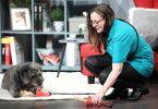 """Sonja Labitzke (43) macht sich als Frauchen Sorgen um ihren Hund, wenn es einen Kausnack zu kauen gibt. """"Hunde halten diese Snacks gerne mit ihren Pfoten fest und wenn sie nach kurzer Zeit um einiges kleiner geworden sind, können diese Stücke gefährlich werden. Der Hund kann sie dann nicht mehr halten und auch wenn sie eigentlich noch zu groß sind, versucht der Hund sie im Ganzen zu schlucken. Dabei können die Stücke im Hals, im Magen oder später noch im Darm stecken bleiben."""""""