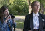 Stephanie (Anna Kendrick, links) will einen Schnappschuss von Emily (Blake Lively) machen, doch diese verbietet ihr harsch, sie zu fotografieren.