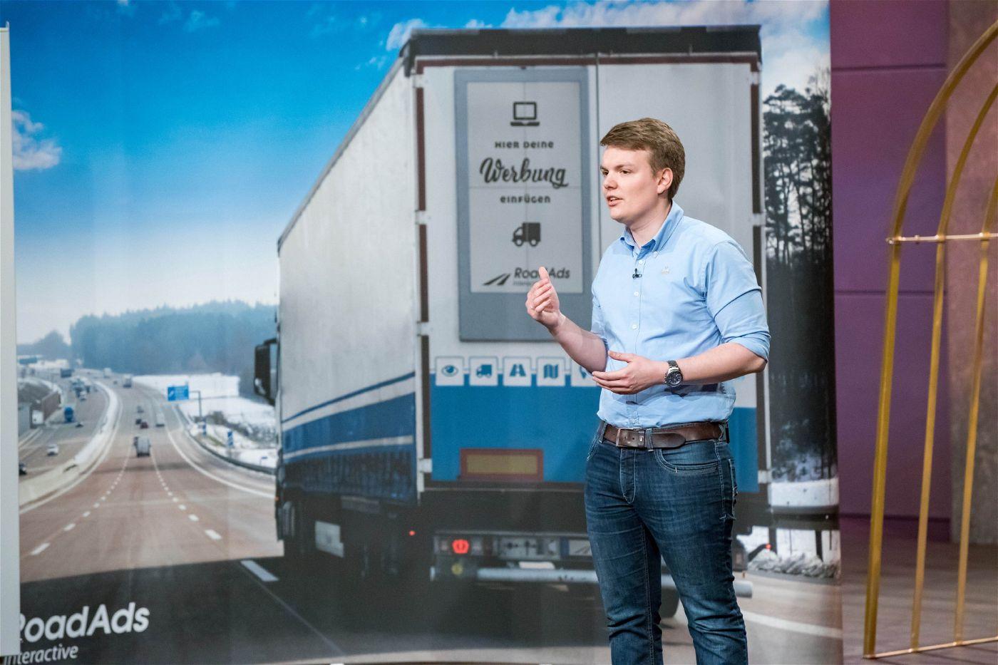"""<p><b>Der Gründer und sein Produkt</b>: Andreas Widmann (26) stellt """"RoadAds interactive"""" vor, Display-Werbung für Lkw, die sich je nach Land und Wetter anpassen lässt. <p><b>Der Wunsch</b>: 500.000 Euro für einen Firmenanteil von zehn Prozent.</p> <p><b>Der Deal</b>: Carsten Maschmeyer und Georg Kofler bieten 750.000 Euro für 25 Prozent. Doch auch dieser Deal platzt nach der Show.</p>"""