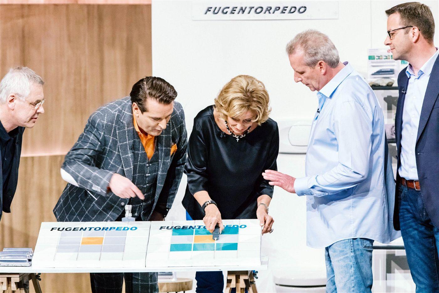 """<p><b>Die Gründer und ihr Produkt</b>: Bernd Müller (56), Matthias Herrnbröck (57) und Frank Eckert (41) haben den """"Fugentorpedo"""" entwickelt, der mit einer Kombination aus Diamantschliff und einer Bürstentechnik dem Schmutz an den Kragen geht.<p><b>Der Wunsch</b>: 100.000 Euro für einen Firmenanteil von 15 Prozent.</p> <p><b>Der Deal</b>: Ralf Dümmel bekommt für 100.000 Euro einen Firmenanteil von 20 Prozent.</p>"""