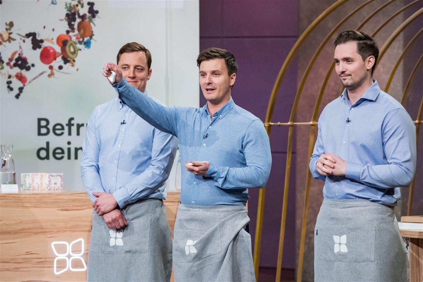 """<p><b>Die Gründer und ihr Produkt</b>: Christoph Hermann (34), Martin Donald Murray (33) und Henry Wieser (28) aus Österreich stellen ihre zuckerfreien Brausewürfel """"waterdrop"""" vor, die Geschmack ins Wasser bringen sollen.<p><b>Der Wunsch</b>: 1 Million Euro für einen Firmenanteil von zehn Prozent.</p> <p><b>Der Deal</b>: Dagmar Wöhrl und Ralf Dümmel bieten gemeinsam 1 Million für 12,5 Prozent Firmenanteile, zudem werden sie am Umsatz beteiligt. Der Deal mit Dümmel platzt nach der Show.</p>"""