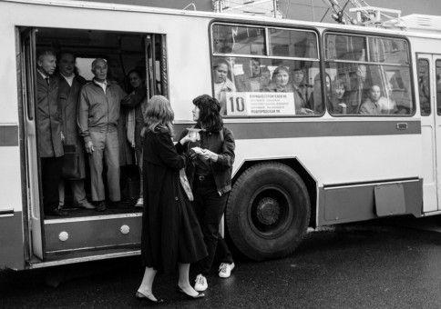 """Ein ganzer Trolleybus voller Menschen hat für Natascha (Irina Starshenbaum) und Viktor (Teo Yoo) Iggy Pops """"The Passenger"""" gesungen."""