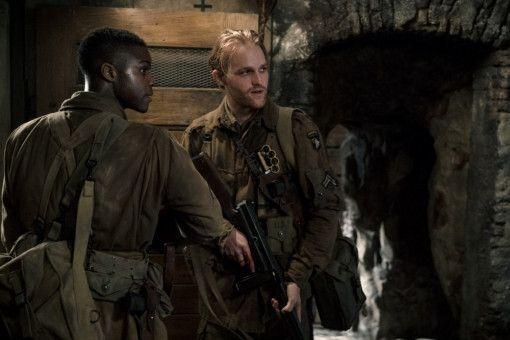 Boyce (Jovan Adepo, links) und Ford (Wyatt Russell) entdecken Unglaubliches in einem unterirdischen Labor.