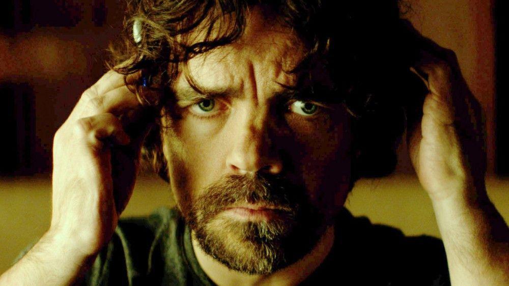 Sam Bloom (Peter Dinklage) versucht mithilfe der Maschine, den Tod seines Bruders zu rekonstruieren.
