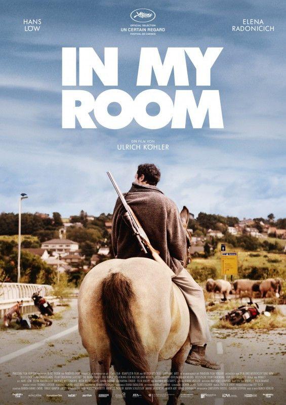 """Reiter mit geschultertem Gewehr: Armin (Hans Löw) findet sich in Ulrich Köhlers Endzeitdrama """"In My Room"""" eines Morgens allein auf der Welt wieder."""