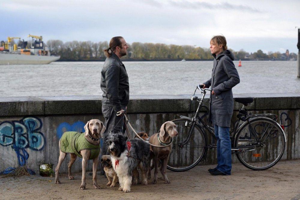 Die zwangsgestörte Sunny (Jenny Schily) teilt Hannes (Bjarne Mädel) mit, dass sie von ihm schwanger ist.