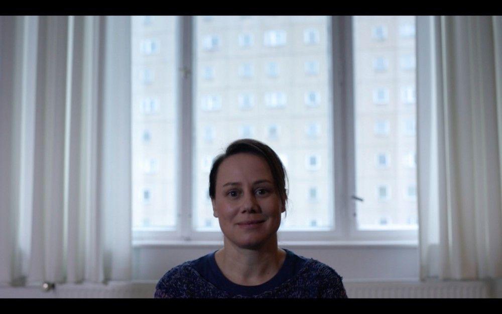 """Noch lächelt sie tapfer in die Kamera: Doch das Leben der arbeitslosen Journalistin Alice (Eva Löbau) geht im Film """"Reise nach Jerusalem"""" kontinuierlich den Bach runter. Wird sie ihren Abstieg aufhalten können?"""