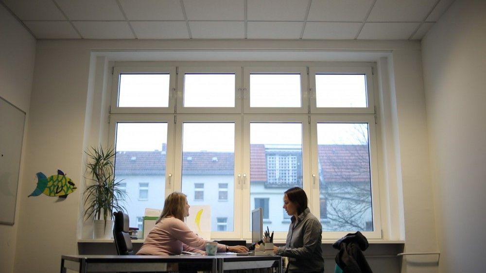 Pointierte, bitterböse Komödie über die Welt der Arbeit(slosen) von heute: Alice (Eva Löbau, rechts) muss sich mal wieder im Jobcenter vorstellen. Sie soll sich einem Bewerbungstraining unterziehen.