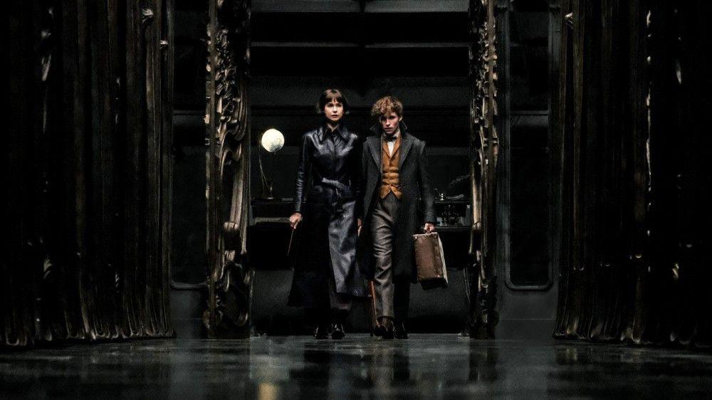 Tina Goldstein (Katherine Waterston) und Newt Scamander (Eddie Redmayne) machen Jagd auf Grindelwald.