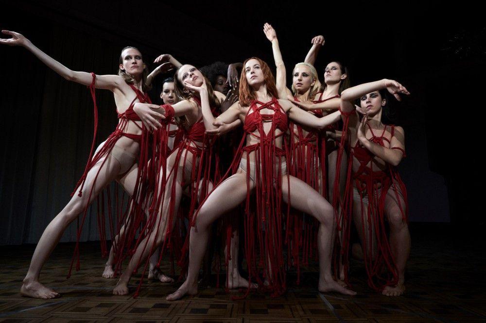 Susie (Dakota Johnson, Mitte) während einer der Eindruck hinterlassenden Tanzsequenzen.