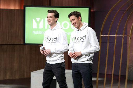 """Benjamin Kremer (28) und Noel Bollmann (25) haben """"YFood"""" entwickelt, ein Getränk, mit dem man angeblich 25 Prozent des Tagesbedarfs an Nährstoffen abdecken kann."""