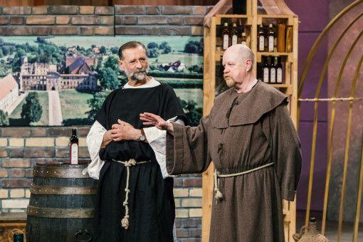 """Jürgen Hartwig und Wolfgang Streblow haben sich als Mönche verkleidet, um ihr Produkt zu vermarkten. Bei ihrem """"Klostervogt"""" handelt es sich um eine mit Wein verfeinerte Essigsoße. Zusätzlich zum guten Geschmack soll der Essig die Verdauung und das Wohlbefinden fördern."""