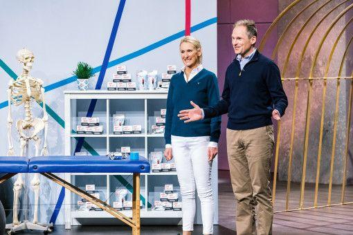 """Gemeinsam mit ihrem Mann Jens Kroker präsentiert die Physiotherapeutin Sabine Kroker ihre zwei """"Aktimed""""-Hauptprodukte """"Tape plus"""" und den Zinkleimverband """"Wrap plus"""" mit integrierten pflanzlichen Wirkstoffen."""