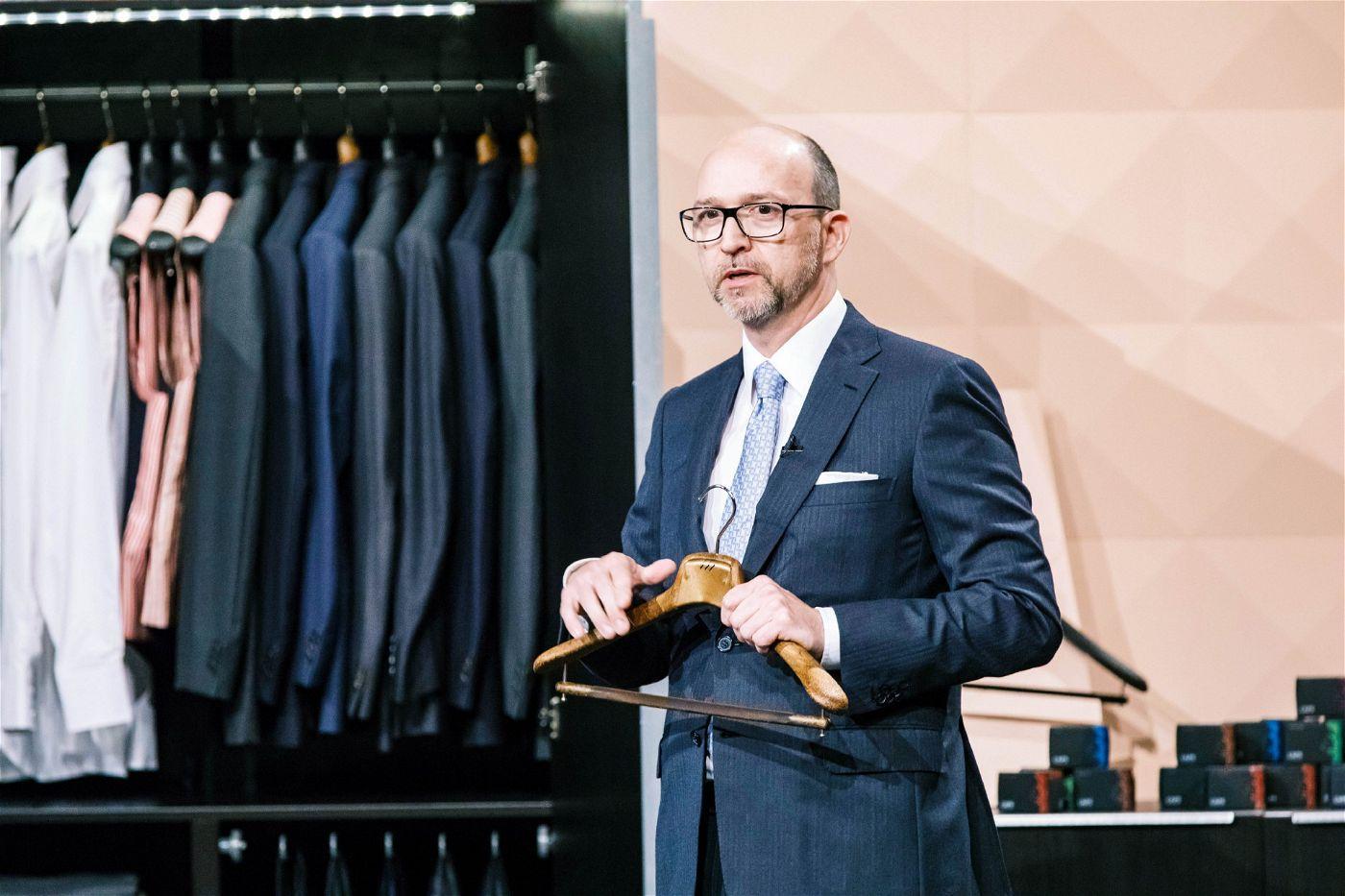 """<p><b>Der Gründer und sein Produkt</b>: Ralf Ecks will mit """"Caps Air"""", einem Kleiderbügelsystem, den Motten an den Kragen.<p><b>Der Wunsch</b>: 200.000 Euro für einen Firmenanteil von 20 Prozent.</p> <p><b>Der Deal</b>: Ralf Dümmel bekommt für 200.000 Euro 30 Prozent.</p>"""