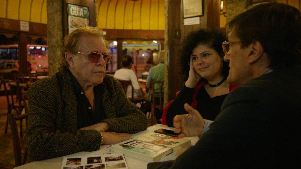 Georges Gachot (rechts) spricht in Rio de Janeiro mit Menschen, die João kennen. Doch führen sie ihn auch zu ihm?