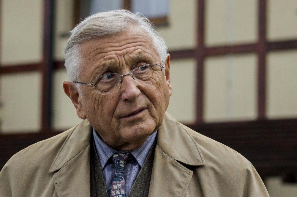 Ali (Jirí Menzel) erklärt sich bereit, mit Georg auf den Spuren des Verbrechens durch die Slowakei zu reisen.