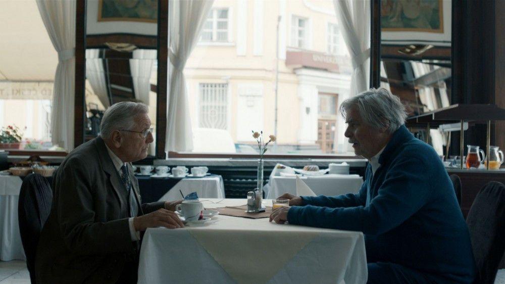 Das erste Treffen zwischen Ali (Jirí Menzel, links) und Georg (Peter Simonischek) geht unter Beleidigungen auseinander.