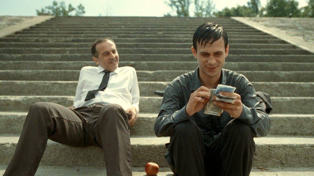 Dr. Stern (Merab Ninidze, links) wird zum Vermarkter Aryans (Zsombor Jéger).