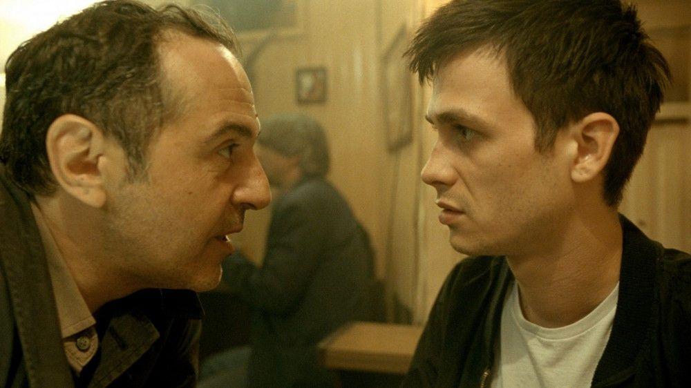 Dr. Stern (Merab Ninidze) wittert viel Geld, nachdem er das Talent des jungen Aryan Dashni (Zsombor Jéger, rechts) entdeckt hat.