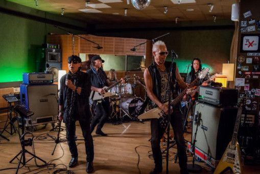 Die Scorpions bei Aufnahmen im Studio.