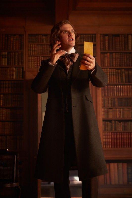 Da ist er, der Geistesblitz: eine Weihnachtsgeschichte! Viel Zeit hat Dickens (Dan Stevens) allerdings nicht mehr, damit sie rechtzeitig zu Weihnachten gedruckt werden kann.