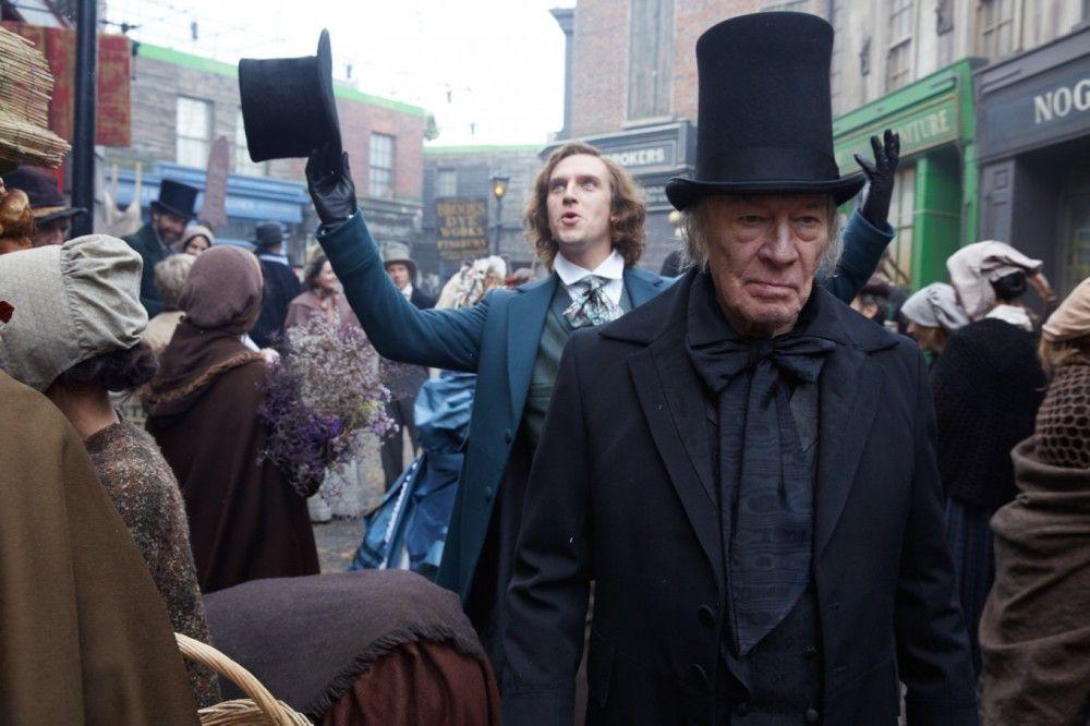 Ausgerechnet vom Bösewicht seiner Geschichte bekommt Dickens (Dan Stevens, hinten) Hilfe: Geizhals Scrooge (Christopher Plummer)
