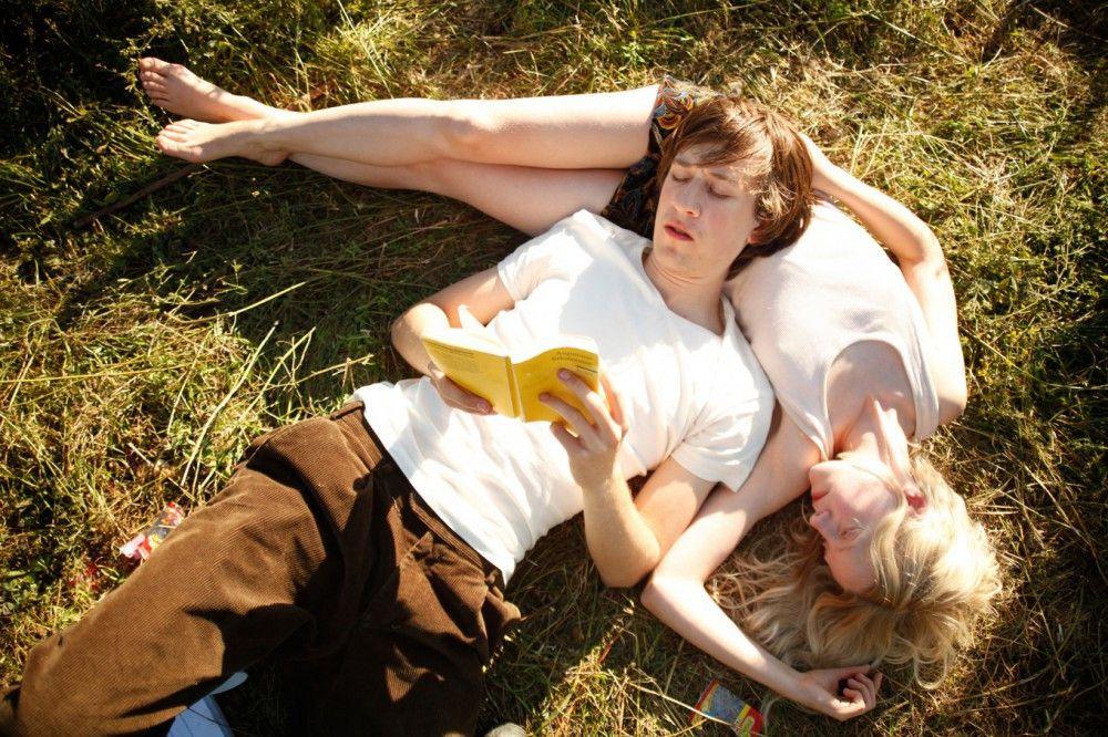 Alle Zeit der Welt sind für Elena (Julia Zange) und Robert (Josef Mattes) 48 Stunden auf einer Wiese.