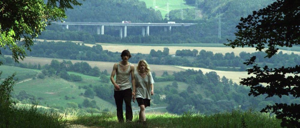 Viel Idylle und die Autobahn ganz hinten: Für Elena (Julia Zange) und Robert (Josef Mattes) ist das der perfekte Ort, um lange und ausführlich nichts zu tun und dabei zu philosophieren.