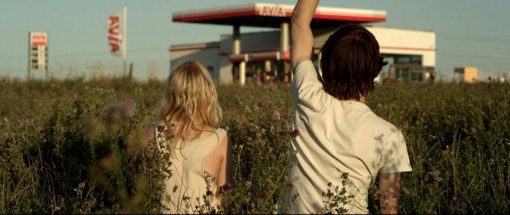 Völlig aus der Welt gefallen ist eine einsame Tankstelle das Portal für Elena (Julia Zange) und Robert (Josef Mattes), über das sie mit der realen Welt in Kontakt treten können.