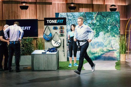 """Investor Frank Thelen kommt im Staffel-Finale ins Schwitzen. Der """"Löwe"""" testet das Produkt """"Tonefit""""."""