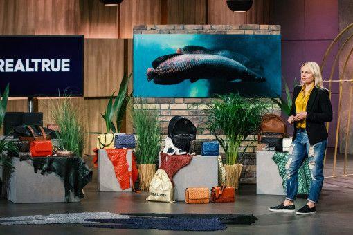 """Aus einem der größten Speisefische Brasiliens, dem Pirarucu, macht Caroline Hirt (47) unter dem Label """"REALTRUE"""", wie sie sagt, nachhaltige, luxuriöse Mode-Accessoires. Der Clou: Die Fischhäute, die sonst weggeworfen und die Umwelt belasten würden, werden zu einem hochwertigen Leder verarbeitet."""
