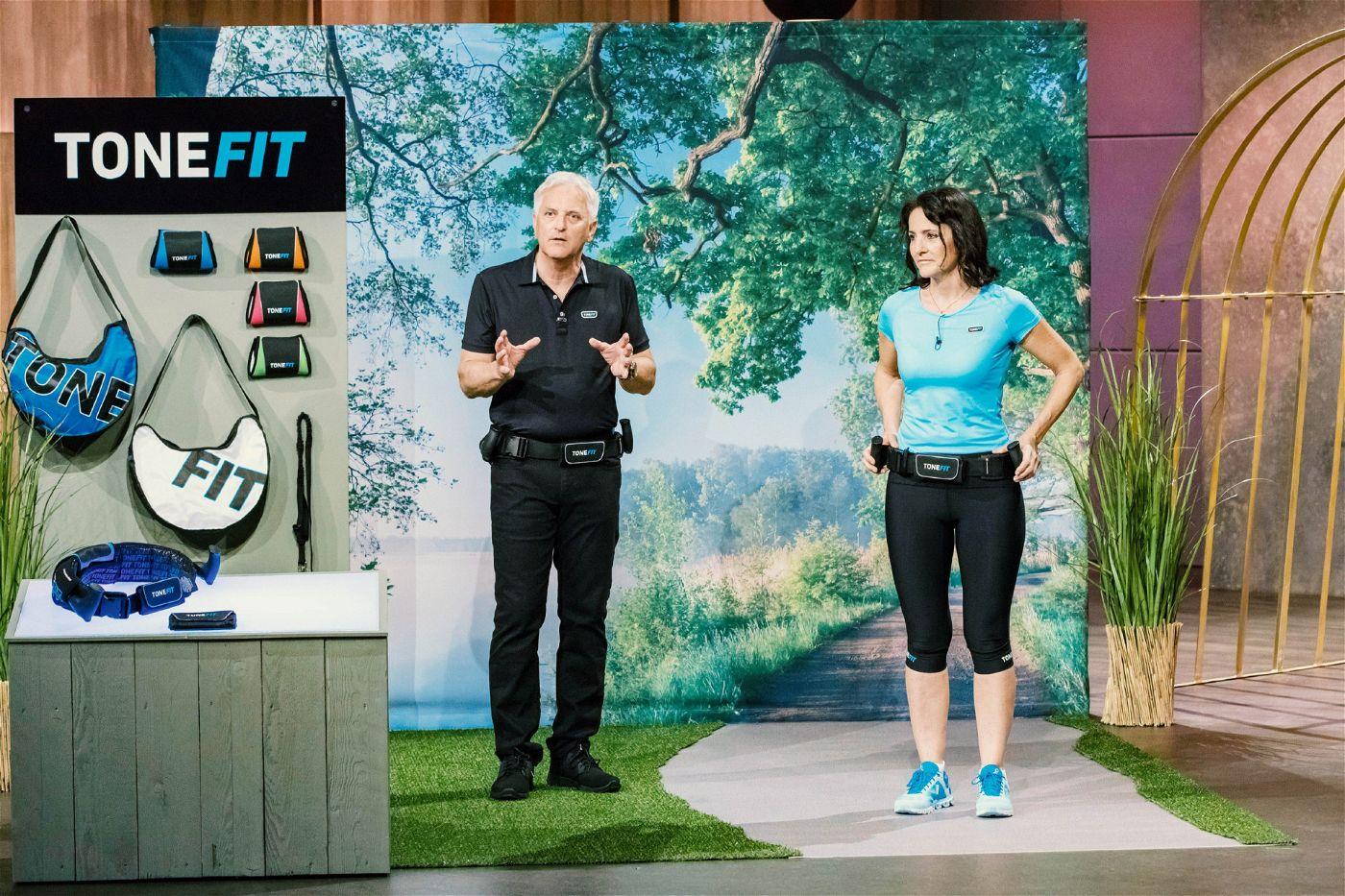 """<p><b>Die Gründer und ihr Produkt</b>: Mit """"Tonefit"""" stellen Diana und Michael Failer den """"Löwen"""" ein Fitnessgerät vor, das den gesamten Körper effektiv trainieren soll.<p><b>Der Wunsch</b>: 200.000 Euro für einen Firmenanteil von 20 Prozent.</p> <p><b>Der Deal</b>: Ralf Dümmel investiert 200.000 Euro für 20 Prozent.</p>"""