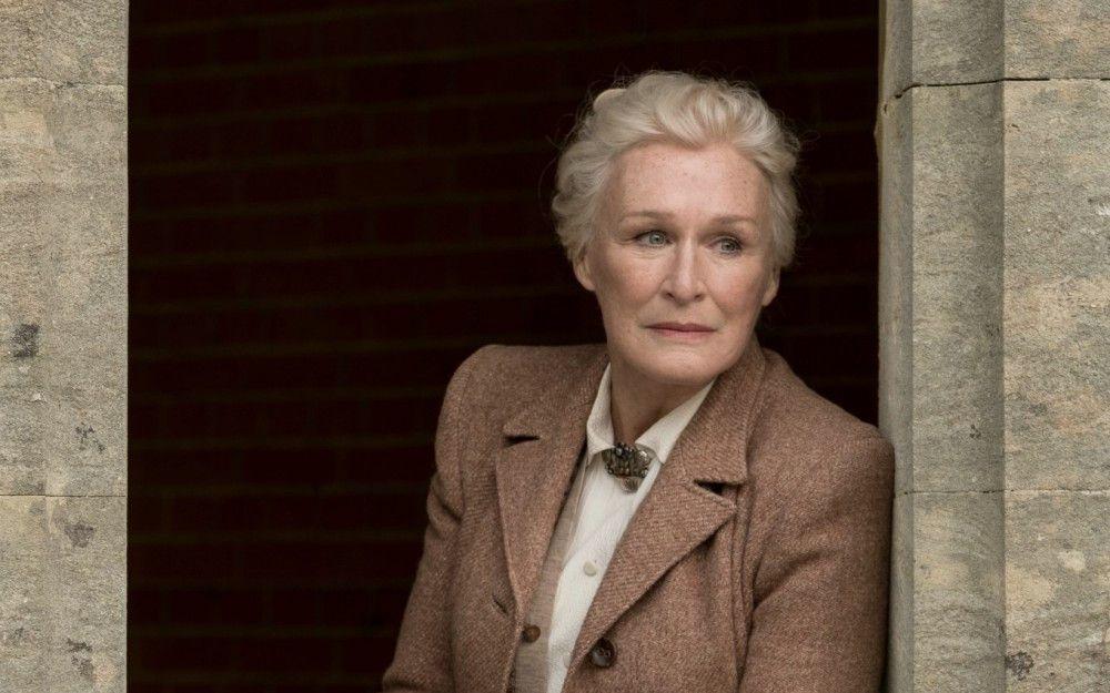 Bei seinen Ermittlungen kommt Charles in das Anwesen der extravaganten Familie Haviland, darunter Lady Edith de Haviland (Glenn Close).