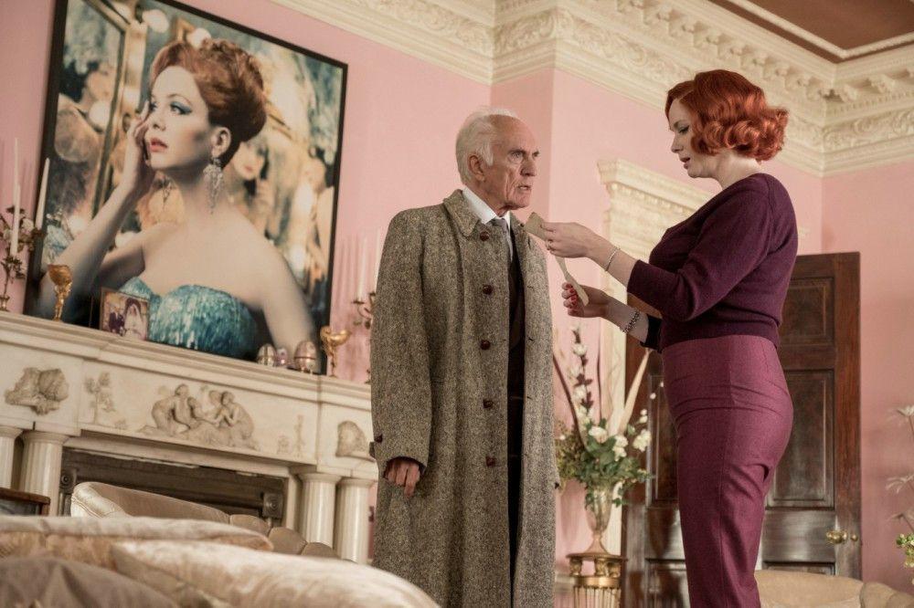Auch Chief Inspector Taverner (Terence Stamp, mit Christina Hendricks) ermittelt auf dem Anwesen.