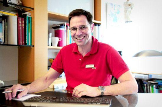 Der Neurologe Dr. Michael Lang ist Arzt für Nervenheilkunde und praktiziert in einer nerven-fachärztlichen Gemeinschaftspraxis in Ulm. Ein weiteres Fachgebiet von ihm ist Umweltmedizin.