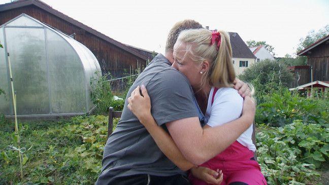 Bei Tennisprofi Tayisiya fließen die Tränen. Jungbauer Matthias nimmt sie liebevoll in den Arm.