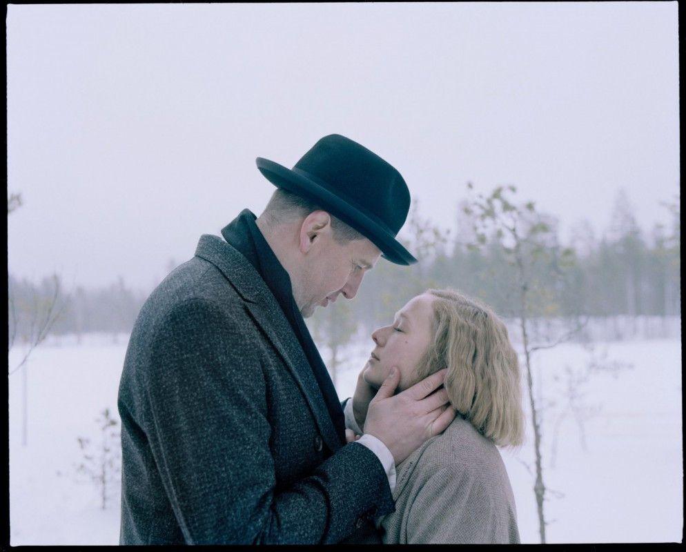 Der Herausgeber Blomberg (Henrik Rafaelsen) verliebt sich in die deutlich jüngere Astrid (Alba August).