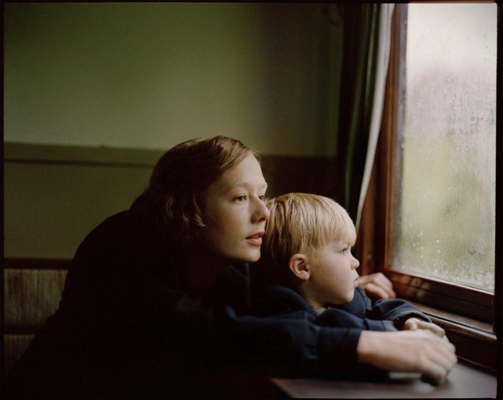 Astrid (Alba August) kann ihren Sohn nur selten sehen.